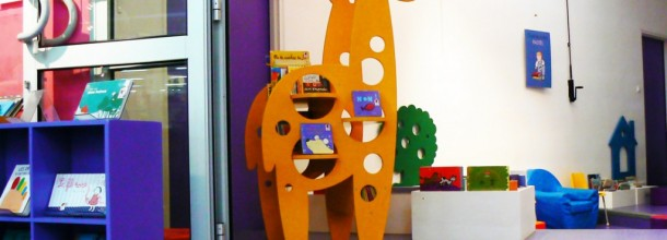 La girafe s'occupe de vos tout-petits
