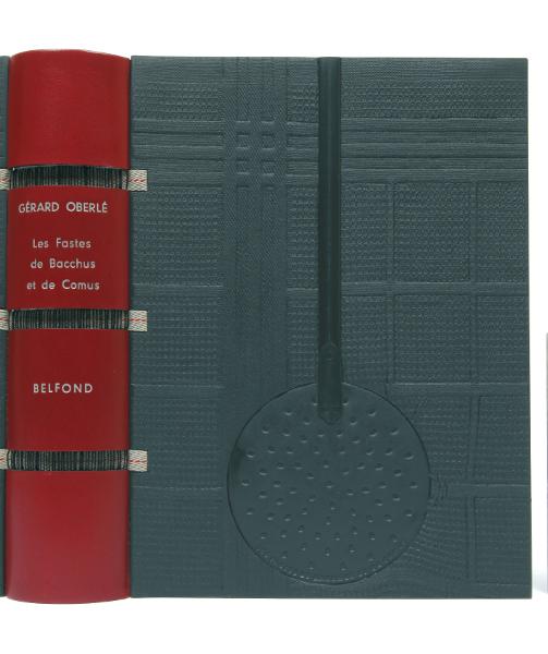 Détail d'une reliure de Jean de Gonet avec incrustation d'une écumoire sur : Gérard Oberlé, Les Fastes de Bacchus et Comus …, Belfond, 2001. (BM Metz, Res REL 10)